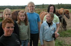 Ett helt gäng med hästintresserade tjejer som trivs på ridlägret. Marita Aronsson- Andersson längst till vänster lär dem allt om hästar. Foto:Erika Hällberg