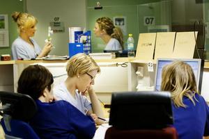 Anna-Karin Ingwersen lämnar över information om patienterna till sjukgymnast och arbetsterapeut. Sedan väntar rond.