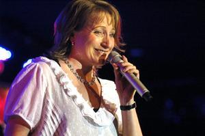 Körens dirigent Lena Svensson visade att hon också kan sjunga jazz. Hon bjöd på ett kort axplock av Monica Zetterlund.