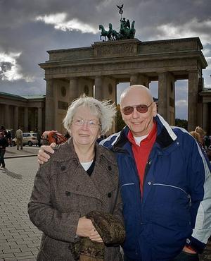 Ingrid och hennes bror Bernd vid berömda Brandenburger Tor som i dag är en symbol för det enade Berlin utan mur.