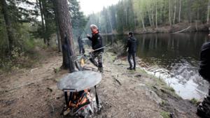 Roland Hopstadius och hans fiskesällskap hade en sprakande eld vid sin sjöplats.