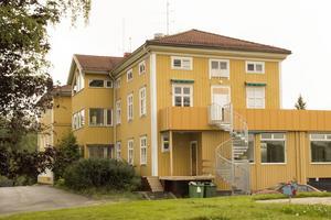 På Alfta Quren bor över 200 flyktingar, det drivs av Jokarjo AB och ägs av Bert Karlsson.