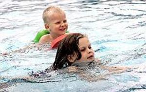 Avslutning. Elias Hintze och Johanna Lundgren simmar mot sina simskolediplom på Fjärran höjder.