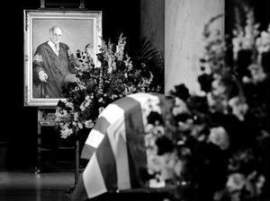 Svenskättlingen och chefsdomaren i The Supreme Court (USA:s Högsta domstol) William Rehnquist avled förra helgen. President George W Bush valde att snabbt att utnämna John Roberts som ny kandidat till posten som ny chefsdomare. Den kommande veckan börjar senatsförhör med den 50 årige John Roberts.