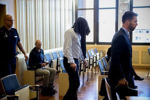 Den misstänkte mannen på väg in i rätten tillsammans med sin advokat, Jonas Vedin.