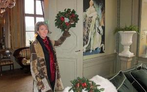 Maria Sandberg har rikt dekorerat alla rummen med tavlor, vasar och andra prylar.FOTO: ROLAND ENGVALL