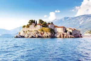 Ön Sveti Stefan i Montenegro består av en enda lyxresort. På fastlandet i närheten finns mer prisvärda charterhotell.