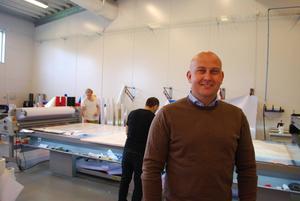 Samuel Eriksson i Skyltställets tillverkningsenhet i Borlänge. Tillverkningen ska snart flytta till SweProds lokaler på Gotland, men huvudkontoret kommer även fortsättningsvis ligga i Borlänge.