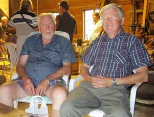 Paul-Anders Paulsson, till vänster, var belåten efter att ha visat Gisselfors kaggtillverkning hela dagen. Nils Olsson välkomnade besökarna.