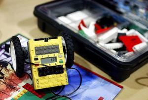 Här ligger det avancerade legot, en liten dator, som kanske kan locka eleverna till elektronikstudier.