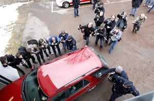 APRIL. Mordet på Engla berörde oss alla. På redaktionen smattrade nyhetsvinklarna dagligen. När så Anders Eklund skulle häktas vid Falu tingsrätt var uppbådet stort. Ska jag ställa mig i flocken av dessa utsvultna kollegor för att få en bild på en mörk sidoruta? Jag valde en annan vinkel som visar den absurda situationen. För att inte tala om fotograflöptävlingen in till rättssalen...FOTO: Lars Nyqvist