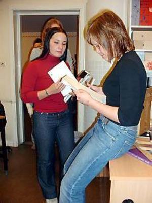 Foto: HANNA JANSSONÄntligen. Ingela Lindholm i SP3A på Hammarskolan tar emot sin valkod av Stina Jonsson i klassen under. I fredags när hon skulle ha röstat i Ungt val fungerade inte hemsidan.