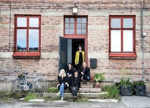 Frilanskollektivet Kreativet framför sin nya lokal på Kolvägen. Petra Berggren, Christel Schröder, Ulrika Alenius, Fredrik Nilsson och stående i dörröppningen Jessica Eriksson.