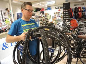 Cykelförsäljaren Anders Lindgren bröt lårbenet när han var ute och cyklade utan dubbar på halt underlag för några år sedan.