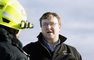 Hjälte. Chauffören Peter Smith berättar för brandförmannen Petri Aho vad som hände.