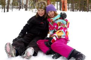 Emma Frisendahl, snart 11 år och Vilma Holmlund, 11 lärde känna varandra när de tävlade i Lilla Världscupen i Örebro förra året. Under alpina USM tittar de på när deras bröder tävlar.  Foto: Carin Selldén