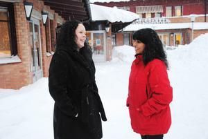 Marie Larsson till vänster och Jenny Dahlberg Jönsson till höger, jobbade fram till förra året som integrationshandläggare på kommunen.