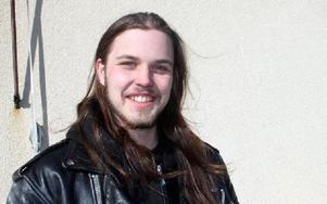 Tim Nedergård, som spelar i hårdrockbandet In Mourning, är glad över att äntligen ha en bra lokal att repa i hemma i Vansbro.