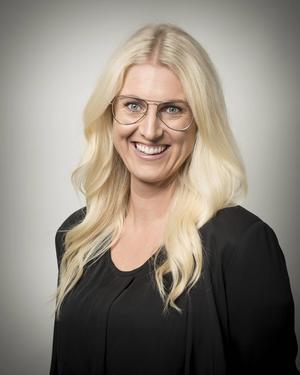 Julia Berggren är mäklare på Bjurfors  fastighetsförmedling i Sundsvall. Hon beskriver hur bostadspriserna i Sundsvall var extremt låga, för att sedan rusa och sedan sjunka igen. Fotograf: Pär Olert