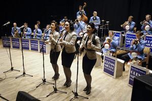 The Adams Sisters heter egentligen Durenstrand i efternamn - Paula, Izadora och Samuela, som även är vokalissa i orkestern.