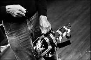 """Hans Kellerman eftersträvar det skrotiga, ruffiga som ger plats för åskådarens egna bildvärldar. Här formar sig scenografin till hans nästa uppsättning """"Fastrarna och Pascha"""" på Skottes musikteater i Gävle."""
