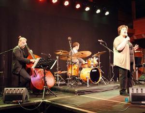 Babben Larsson med sina musikervänner i Fredriks trio bjöd på riktigt sköna jazztoner på Träteatern.– Vilken lokal! berömde Babben.