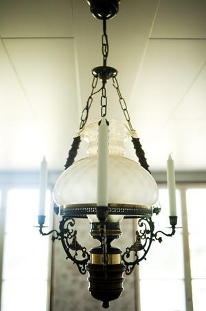 Lampor är sådana detaljer som ger tydliga signaler om tidsepoker.
