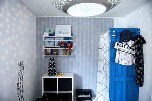 Den ultramarinblå dörren är från huset i Tunadal. Den har Åsa byggt en garderob av till Melker.