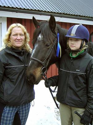 Mor- och dotterseger blev det. Johanna Tano tillsammans med dottern Maja Tano och ponnyn Dante.