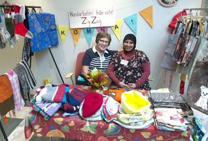 Sigbritt Holmvall och Monira Muhammed sålde bland annat fina hemstickade sockor till förmån för Världens Barn.