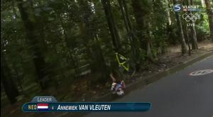 Van Vleuten kraschade med en mil kvar av loppet. Hon fick föras till sjukhus, men rapporter efter loppet kunde ge lugnande besked. Hon var vid medvetande och