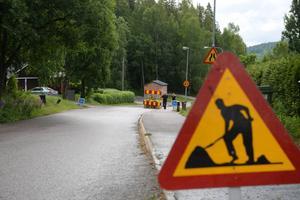 Vid Frölandsvägen har det blivit ett slukhål vid vägen.