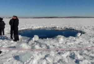 I februari i fjol exploderade en meteoroid ovan för den ryska miljonstaden Tjeljabinsk. Över tusen personer skadades, bland annat av glassplitter från explosionens tryckvåg. En del av rymdstenen skapade ett flera meter stort hål i isen på Tjebarkul-sjön.