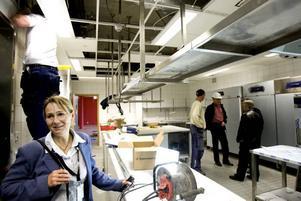 RESTAURANGKÖKET. Förutom köket som hör till arenans restaurang ska man under invigningskvällen använda sig av sex mobila kök på sammanlagt 500 kvadratmeter i arenan. Varje kök ska ta hand om servicen till runt 500 gäster.