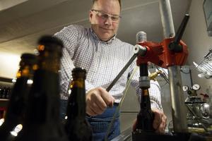 Sven Eklund, Villovägens, tappar upp för hand all öl han producerar. Kapsyler sätter han också på själv.