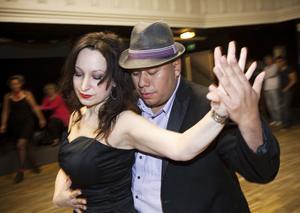 Jasmina Bisevac och William Fernandex lär ut salsa, bachata, merenque, reggaeton, zouk, cumbia, kizomba och många  andra danser.