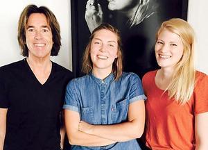 Good Harvest, bestående av Hanna Enlöf och Ylva Eriksson, tillsammans med nya skivbolagsdirektören Per Gessle.