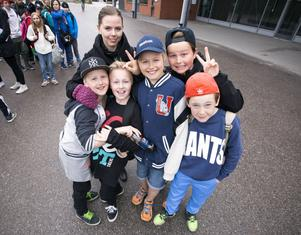 Från Idenors skola i Hudiksvall har från vänster i bild, Elvin Andersson, Johanna Eriksson, lärare, Fabian Melin, Neo Eldh-Jonsson, Alexander Åhs och Johan Olsson kommit för att se föreställningen.