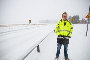 Emil Forslund, teknisk utredare på Avesta kommun med ansvar för vägunderhåll, vid upprustningen av gång- och cykelvägen mellan Karlbo och Brovallen.