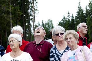 ...och Karl-Gunnar Örjes fick böja rejält på nackarna för att få syn på vindkraftverkets högsta punkt.