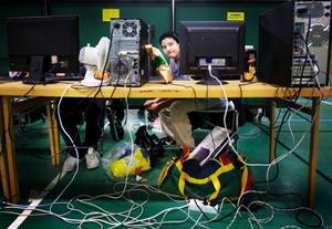 Magdedin Serhald kikar fram från sin dator. I väskan under bordet har han det som behövs för att vara i Häggenåshallen från 15.00 på fredag till 13.00 på lördag.Foto: Håkan Luthman