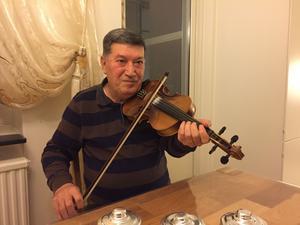 Fouad Issa spelar Yariwono hemma i radhuset i Genetafältet, en sång han komponerade i slutet av 1960-talet.