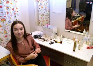 Julia Hellgren sminkar aktörerna.