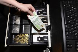 Att pyssla med kontanter är både dyrt och osäkert för butikerna. Nu stängs allt fler kassor för kontanter, och vissa butiker har helt slutat ta emot dem.