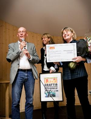 Torbjörn Österholm och Eva Källström räckte över priset till Kerstin Kårén.