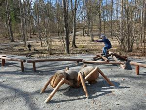 Om barnen tröttnar på att leka i naturen så finns det en hel del lekutrustning i Mälarparken.