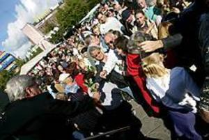 Foto: NICK BLACKMON Tusentals människor samlades på Stortorget i Gävle vid lunchtid för att hedra Anna Lindh. Talare var Ulrica Messing.