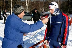 Tävlingsspeaker Claes Wahlberg intervjuar segrande Per Eklöf efter målgång.