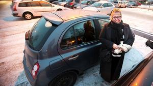 Bettina Palmér är en av många pendlare som använder parkeringen vid polishuset.
