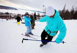 """Anton Thornqvist som går i sexan och får hjälp upp av Daniel Racas för att ge railen ett nytt försök. """"Jag har provat på det förut men det är svårare nu eftersom jag försöker lära mig att åka snett"""", säger Anton Thornqvist.    Foto: Håkan Luthman"""